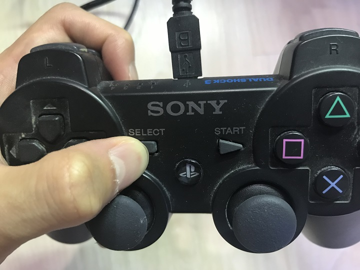 PS3コントローラーを長押ししてる様子